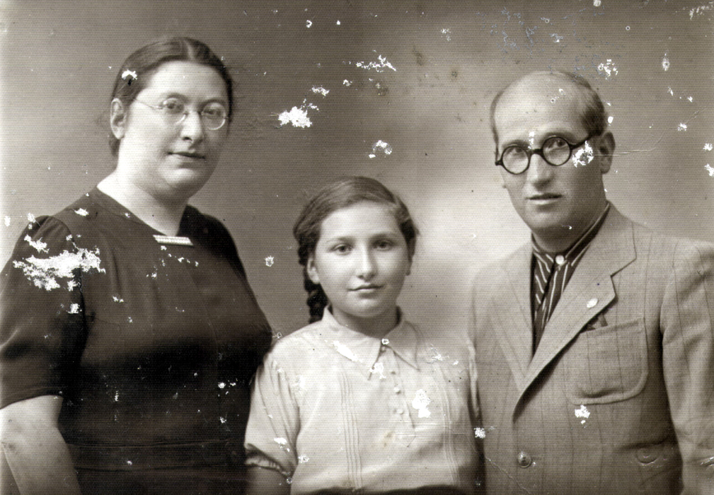 Sarra Shpitalnik and her parents Beila Molchanskaya and Shlomo Molchanskiy